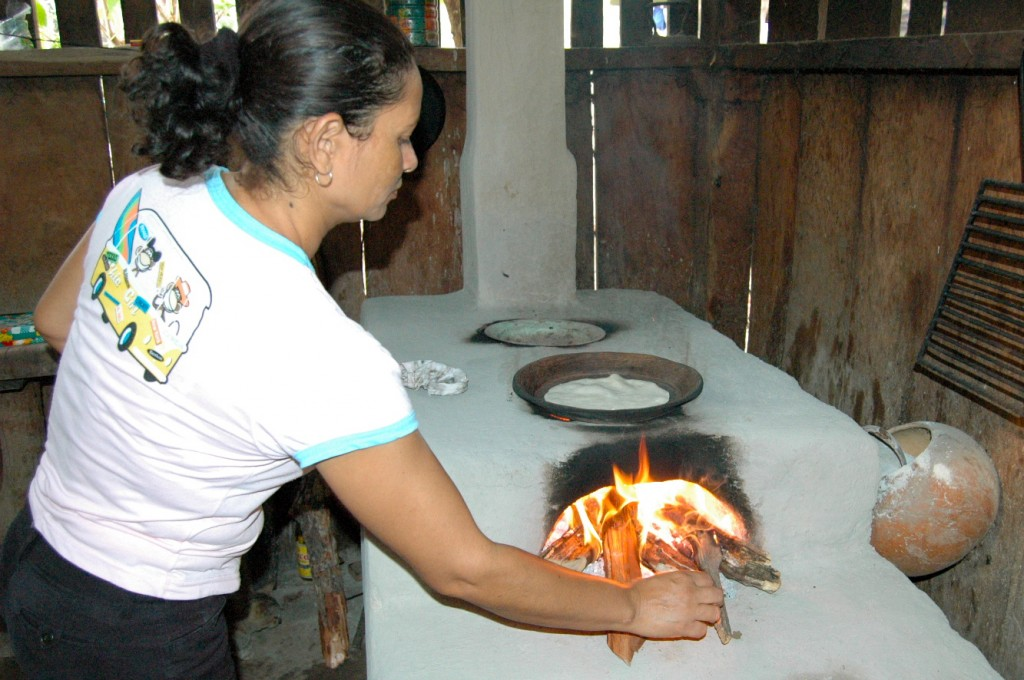 My host, Amparo, making tortillas. | Photo: Julia della Croce
