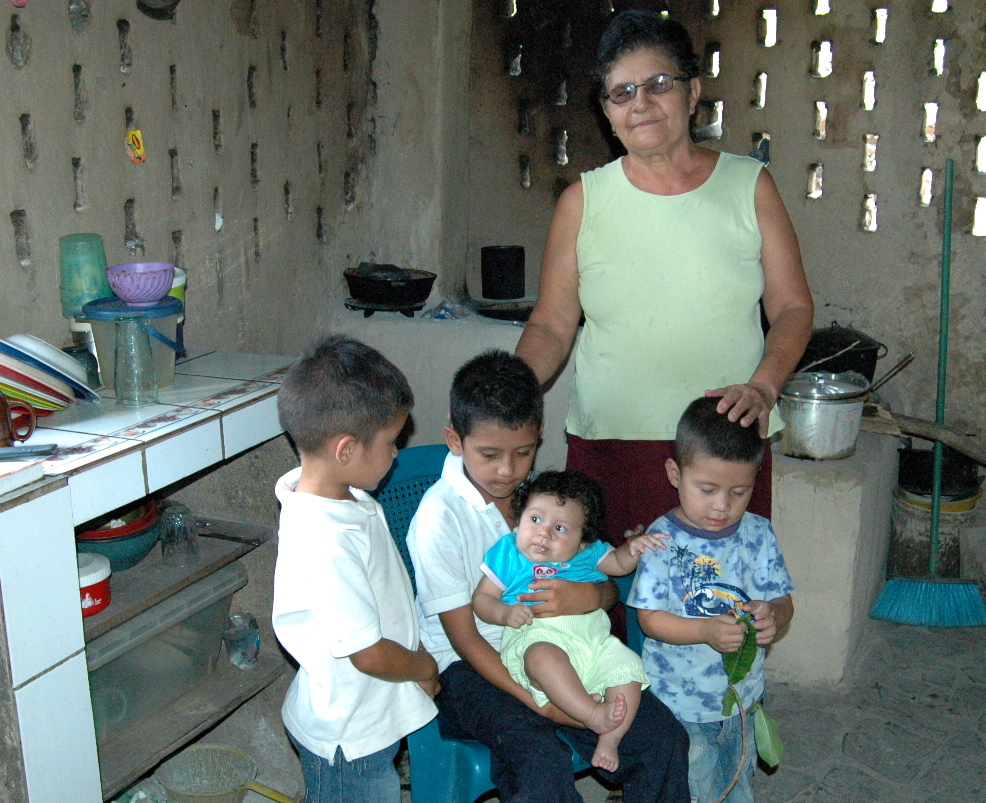 Francisca Arauz Pérez with her grandchildren, El Lagartillo. | Photo: Julia della Croce